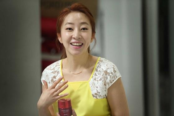 방송 리포터로 시작해 GS홈쇼핑 쇼호스트, 현 AHC 크리에이티브 디렉터로 일하고 있는 정윤정이 18일 서울 본사에서 인터뷰하고 있다.