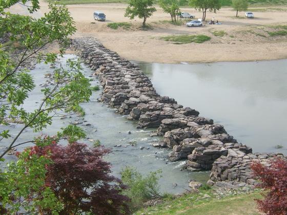 노후에는 부동산 자산 관리를 돌다리를 두들겨 보고 건너듯 해야한다. 사진은 국내에서 가장 오래된 돌다리로 알려진 충북 진천의 농다리
