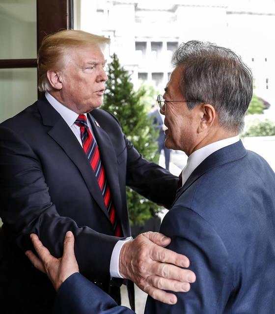 문재인 대통령 배웅하는 트럼프 대통령 문재인 대통령이 22일 오후(현지시간) 백악관에서 도널드 트럼프 미국 대통령과 회담을 마친 뒤 나서며 인사하고 있다. [청와대사진기자단]