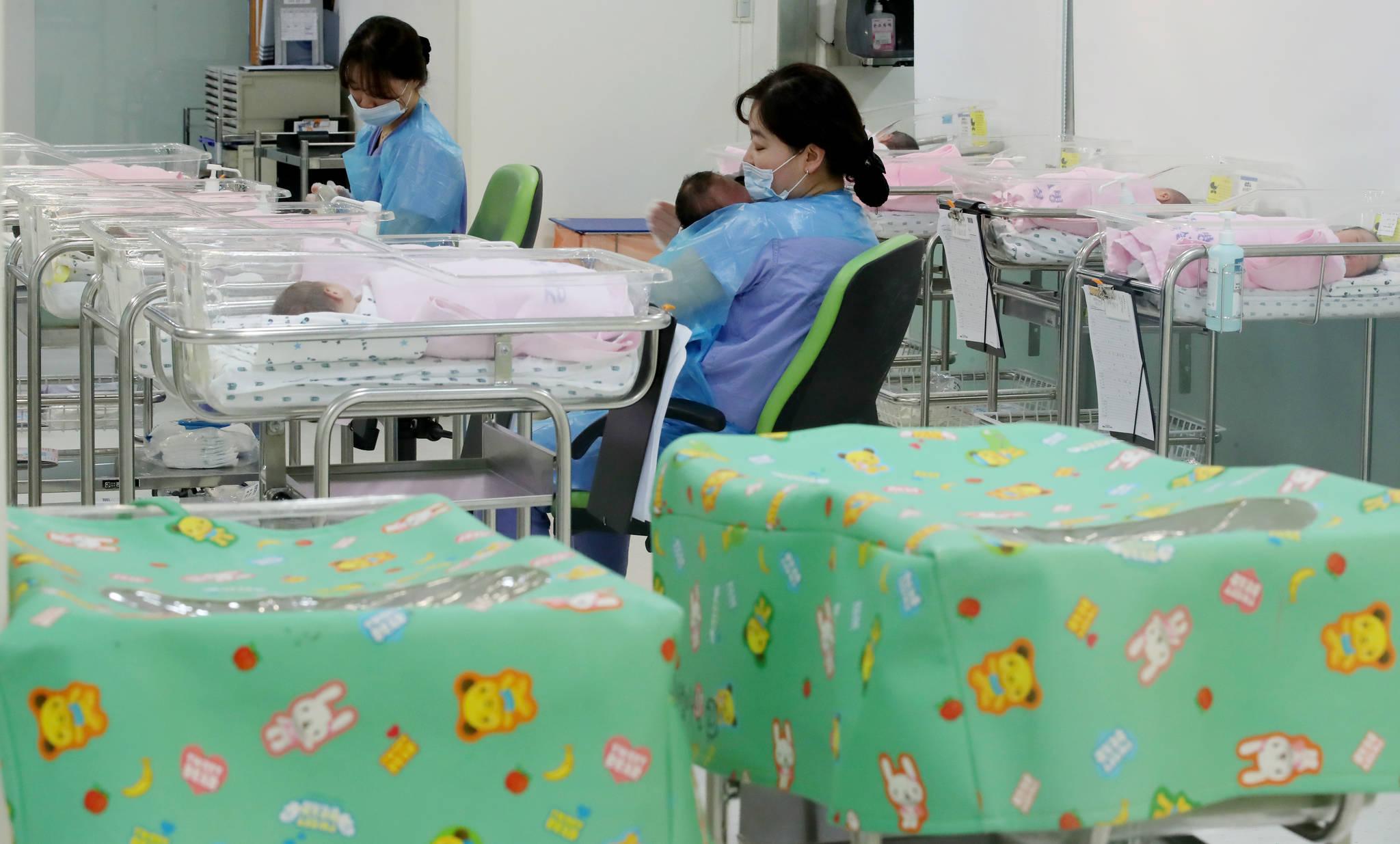 [통계 작성이래 사상 최저 기록한 출생아수 통계 작성이래 사상 최저 기록한 출생아수   (서울=연합뉴스) 홍해인 기자 = 28일 통계청 발표에 따르면 지난해 우리나라 출생아수가 1970년대 통계 작성이래 처음으로 35만명대를 기록했다. 여성 1명이 평생 낳을 것으로 예상되는 평균 출생아수를 뜻하는 합계출산율도 1.05명으로 역대 최저 기록을 세웠다. 사진은 이날 오후 서울 시내 한 산부인과 병원 신생아실. 2018.2.28   hihong@yna.co.kr/2018-02-28 15:20:46/ <저작권자 ⓒ 1980-2018 ㈜연합뉴스. 무