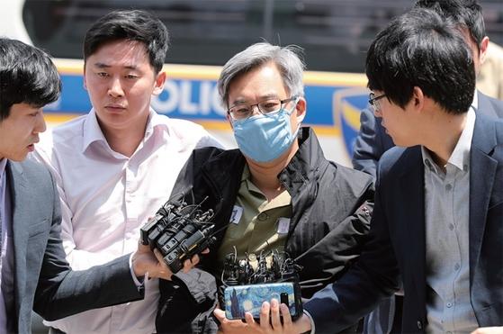 댓글 조작 혐의로 서울구치소에 수감된 '드루킹' 김동원(가운데)씨가 지난 10일 서울경찰청 지능범죄수사대로 강제 소환되고 있다. [중앙포토]