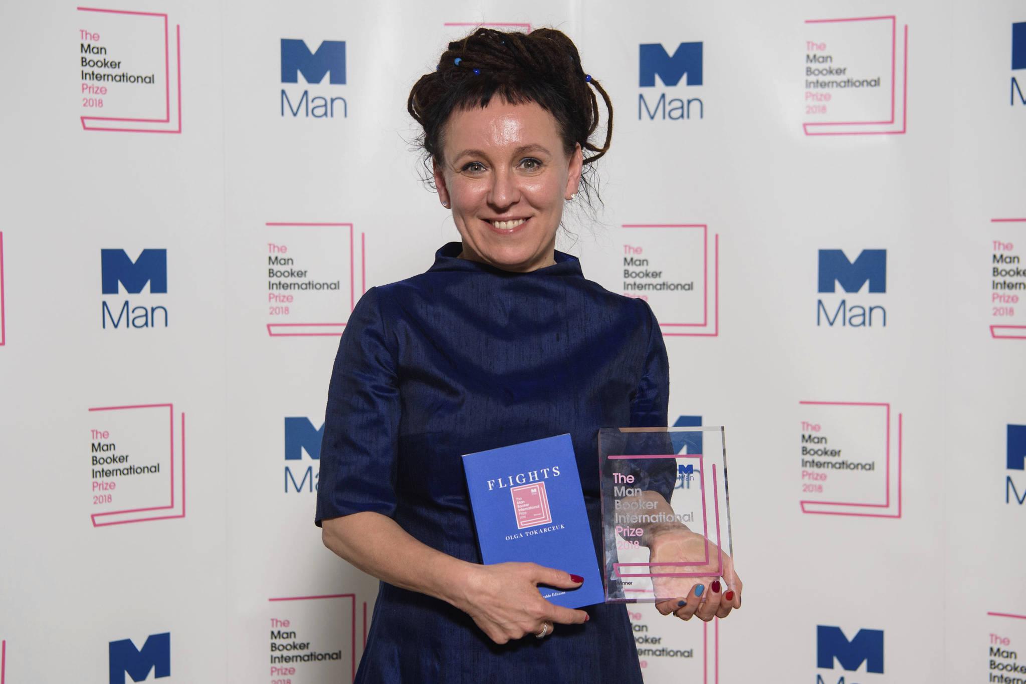올해의 맨부커 인터내셔널상은 폴란드 작가 올가 토카르추크가 수상했다. 23일 빅토리아 앤 앨버트 뮤지엄에서 미소 짓고 있는 토카르추크. [AP]