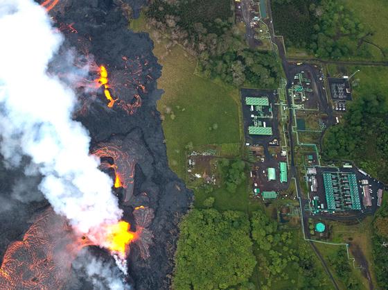 화산폭발로 인한 용암이 21일(현지시간) 발전소 200m인근까지 접근하자, 현지 당국은 지열정을 막고 발전소 폐쇄작업을 하고 있다.[EPA=연합뉴스]