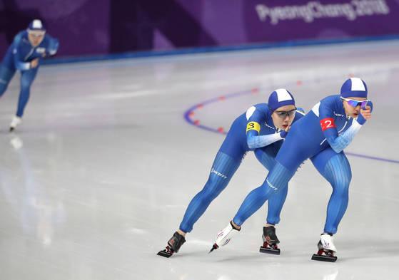 지난 2월 19일 열린 팀추월 경기 후반에서 앞서나가는 김보름, 박지우 선수. 뒤처진 노소영 선수. [일간스포츠]