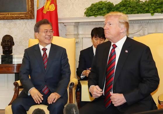 문재인 대통령과 도널드 트럼프 미 대통령이 22일(현지시간) 워싱턴 DC 백악관에서 정상회담을 하고 있다. [사진=청와대사진기자단]