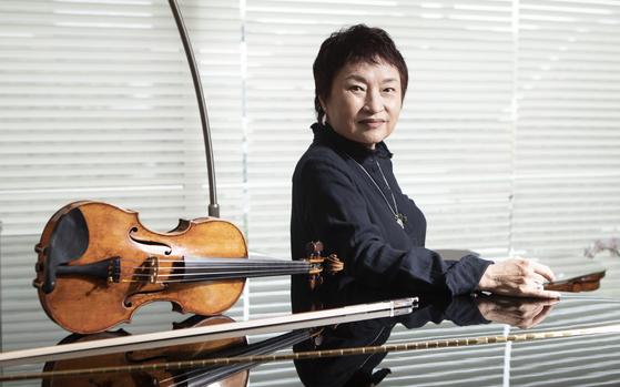 """자택에서 만난 바이올리니스트 정경화는 """"다른 사람이 듣고 좋은 연주를 하려면 내 팔에 먼저 소름이 돋아야 한다. 그걸 위해 할 수 있는 노력은 다 한다""""고 했다. 권혁재 사진전문기자"""