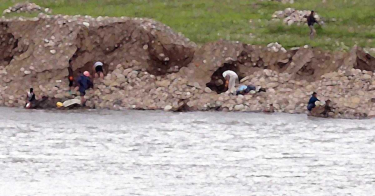 사금을 채취하고 있는 북한 주민들. (이 사진은 기사와 관련이 없음을 알려드립니다) [중앙포토]