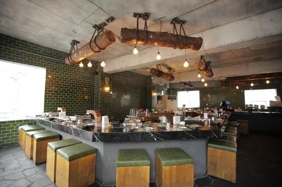 식당 내부는 층마다 분위기가 다르다. 사진은 일식 바처럼 꾸민 2층 모습.