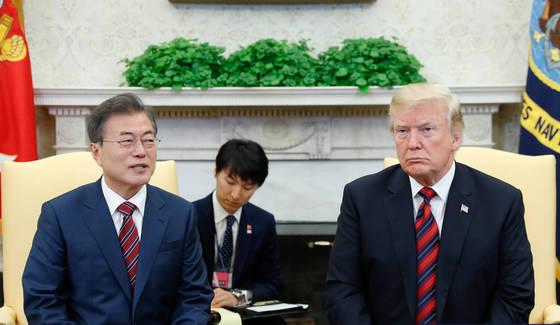 한미정상회담차 미국을 방문중인 문재인 대통령이 22일 오전(현지시간) 백악관 오벌오피스에서 미국 트럼프 대통령과 정상회담을 갖고 현안에 대해 논의 했다. [청와대사진기자단]