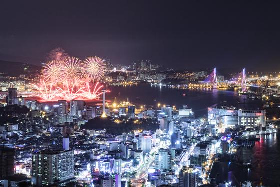지난해 열린 부산항 축제의 불꽃쇼. 부산항을 화려하게 수놓는다. [사진 부산시]
