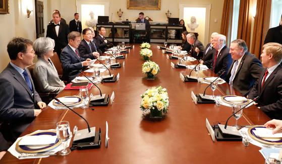 문재인 대통령이 22일(현지시간) 백악관에서 도널드 트럼프 미국 대통령과 확대 오찬회담을 하고 있다. 왼쪽 끝이 장하성 청와대 정책실장. 청와대사진기자단