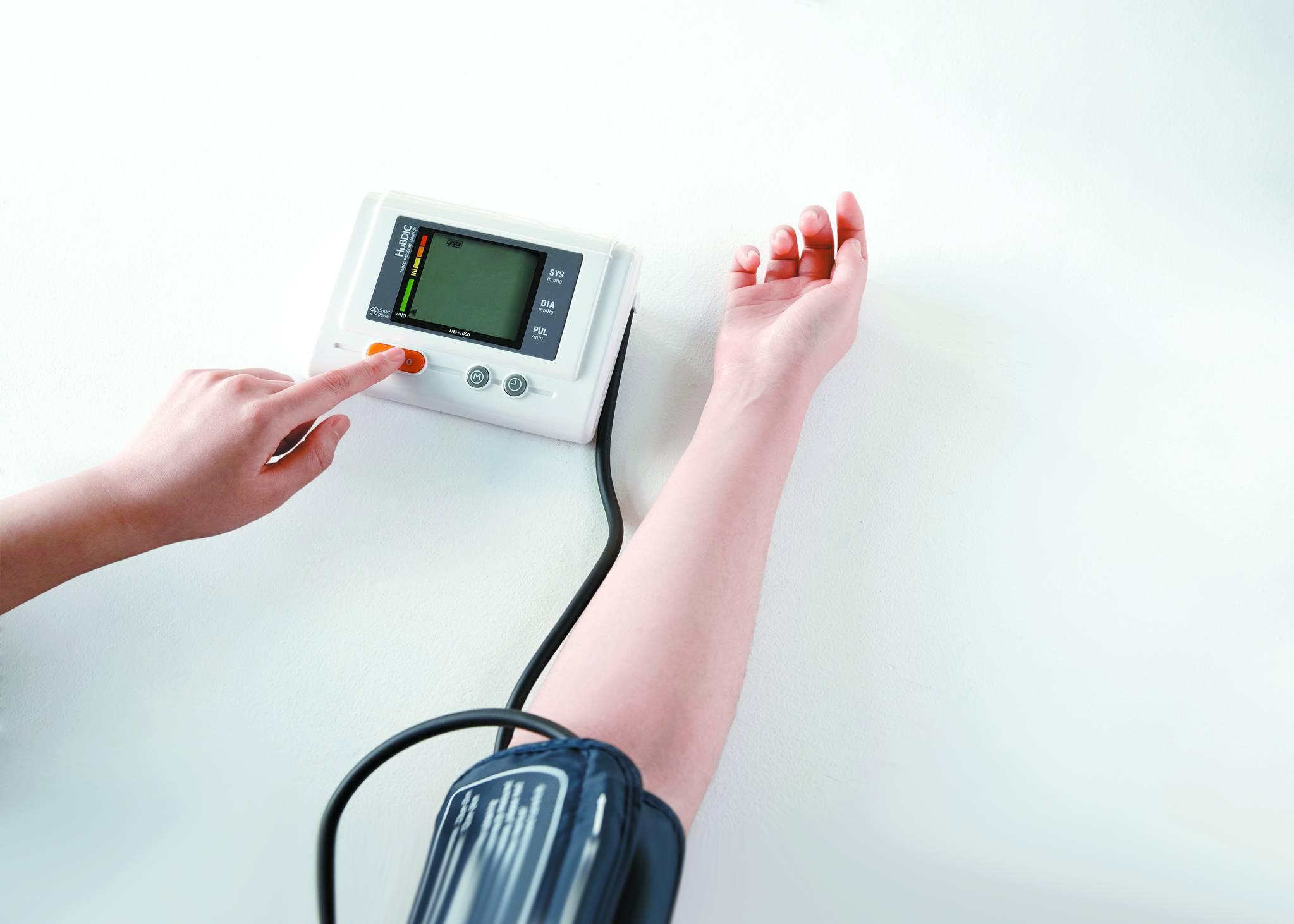 혈압을 측정하는 모습. 대한고혈압학회는 고혈압 기준을 그대로 유지했다. [중앙포토]