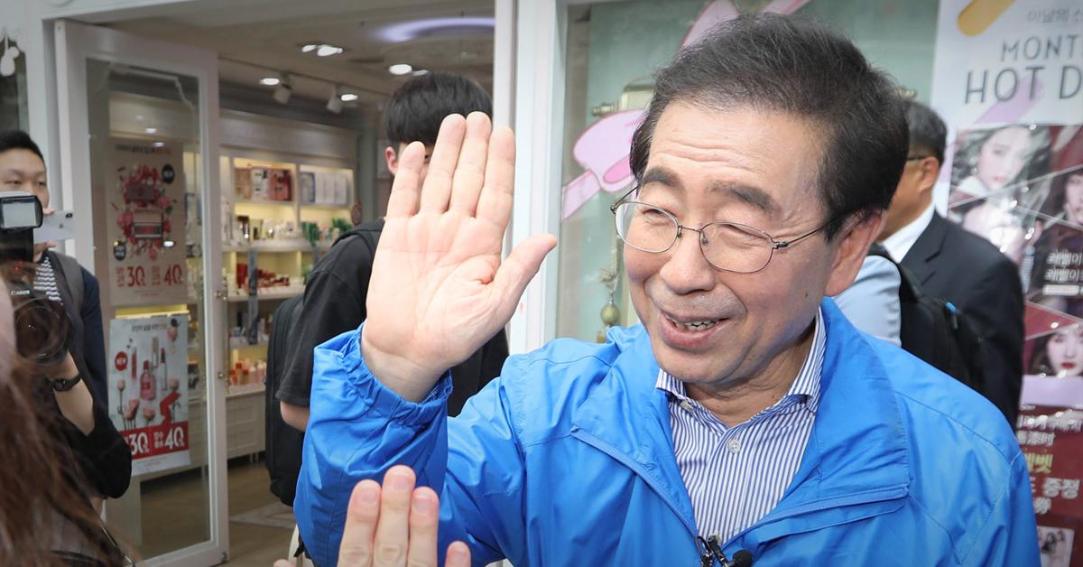 박원순 더불어민주당 서울시장 후보가 21일 오후 신촌거리에서 시민들과 인사하고 있다. [연합뉴스]