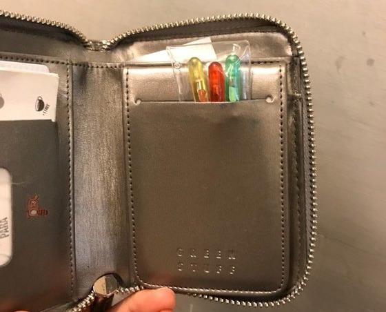 지난 주말 '몰카 찌르개'를 구입한 여성 최모씨 자신의 지갑에 찌르개를 넣은 모습. [사진 독자 제공]