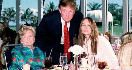 2000년 2월 미국 플로리다주 팜비치 마라라고 리조트에서 트럼프 대통령 부부와 그의 모친 매리 트럼프 여사. [사진 폴리티코 캡처]