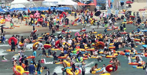 폭염이 계속된 지난해 8월 6일 오후 부산 해운대해수욕장에서 피서객들이 물놀이를 즐기고 있다. [연합뉴스]