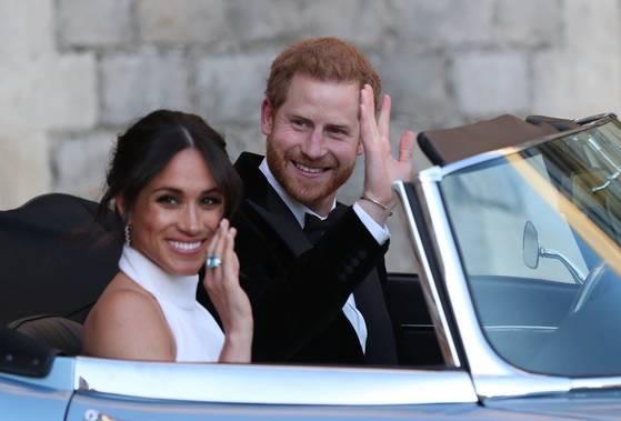 지난 19일 결혼식을 마치고 피로연장으로 향하는 영국 해리 왕자와 메건 마클 왕자비. 마클 왕자비가 손에 끼고 있는 아쿠아마린 반지는 시어머니인 고 다이애나비의 유품이다. [중앙포토]