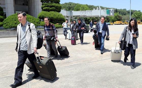 풍계리 핵실험장 폐기 남측 공동취재단이 23일 서울공항에서 정부 수송기를 이용해 북한 강원도 원산으로 출발하고 있다. [공동취재단]