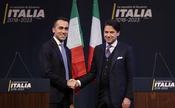 이탈리아 신임 총리로 법학자인 주세페 콘테(오른쪽)가 유력시되고 있다. 오성운동과 극우 동맹당은 연정 총리로 콘테를 내세웠다. 콘테가 오성운동 대표인 루이지 디 마이오와 악수하는 모습. [AP=연합뉴스]