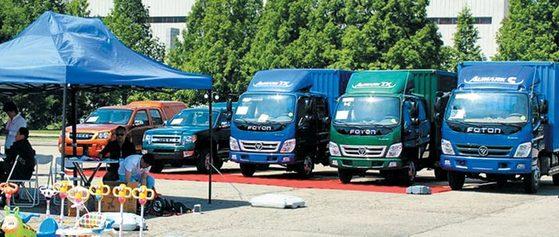 평양 국제상품 전람회 전시장의 야외 코너에 중국 자동차 회사 포톤에서 제작한 트럭 3대가 나란히 서 있다. [사진 주북 러시아대사관 페이스북]