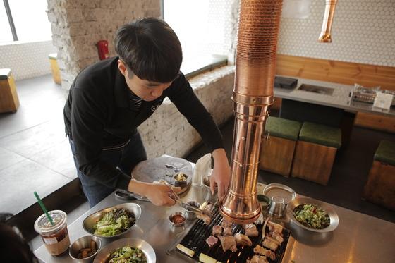 고기를 굽는 박세영 점장. 고기 두께가 워낙 두껍기 때문에 직원들이 직접 고기를 구워준다.