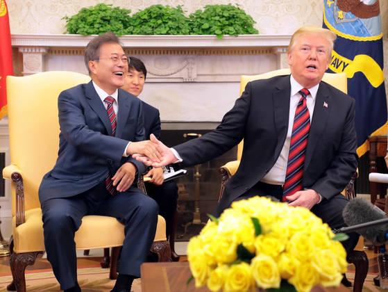 미국 워싱턴 DC를 공식 실무방문 중인 문재인 대통령이 22일 오후(현지시간) 백악관 오벌오피스에서 열린 한·미 정상 단독회담에서 도널드 트럼프 미 대통령과 손을 잡고있다.청와대사진기자단