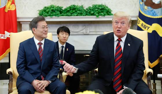 문재인 대통령과 도널드 트럼프 미국 대통령이 22일(현지시간) 백악관에서 정상회담을 하고 있다. [청와대 사진기자단]
