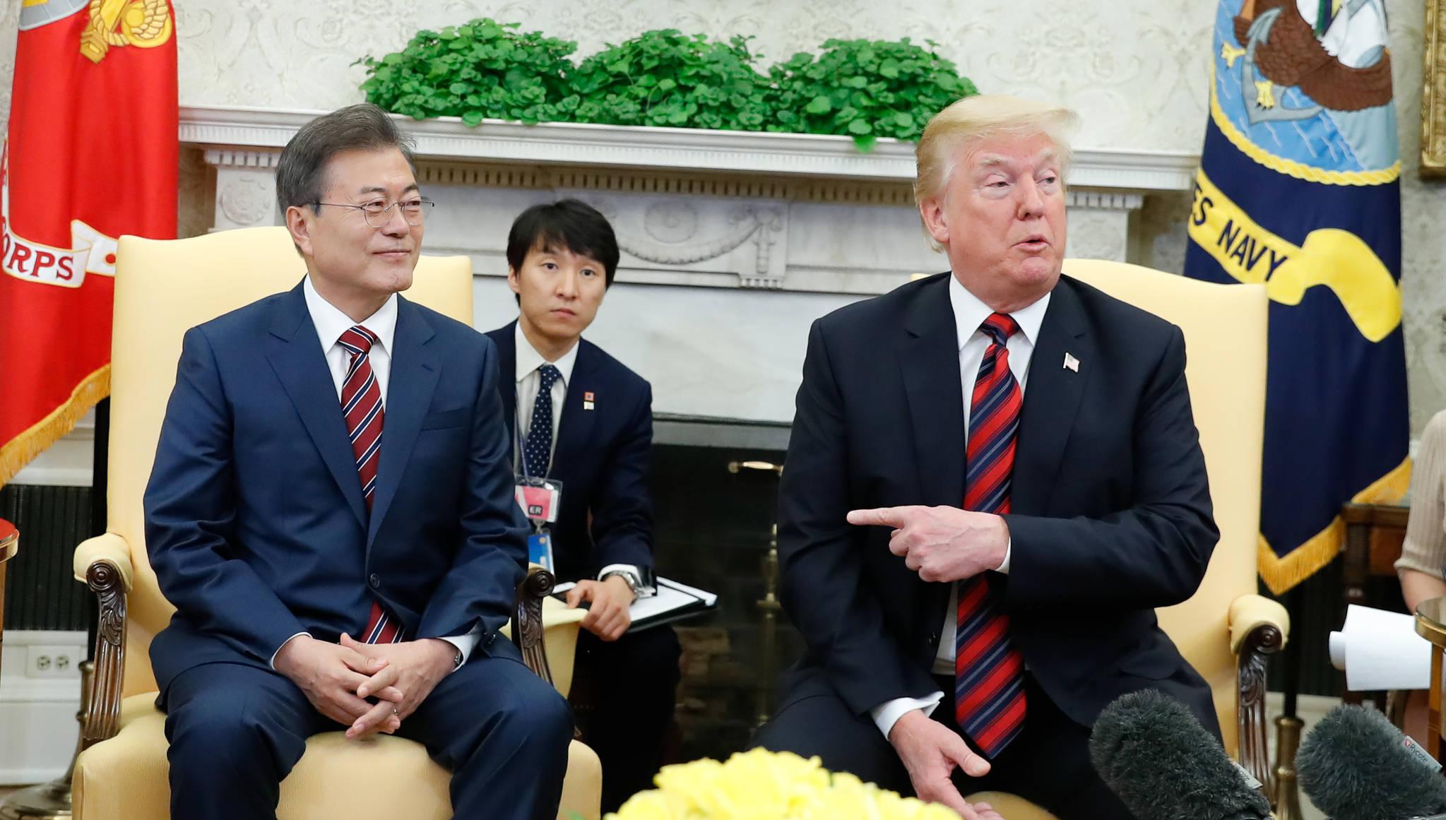 한미정상회담차 미국을 방문중인 문재인 대통령이 22일 오전(현지시간) 백악관 오벌오피스에서 미국 트럼프 대통령과 정상회담을 갖고 현안에 대해 논의 했다. 청와대사진기자단