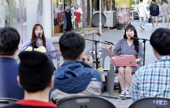 대전 은행동에서 여성듀오 소꿉놀이가 공연하고 있다. [프리랜서 김성태]