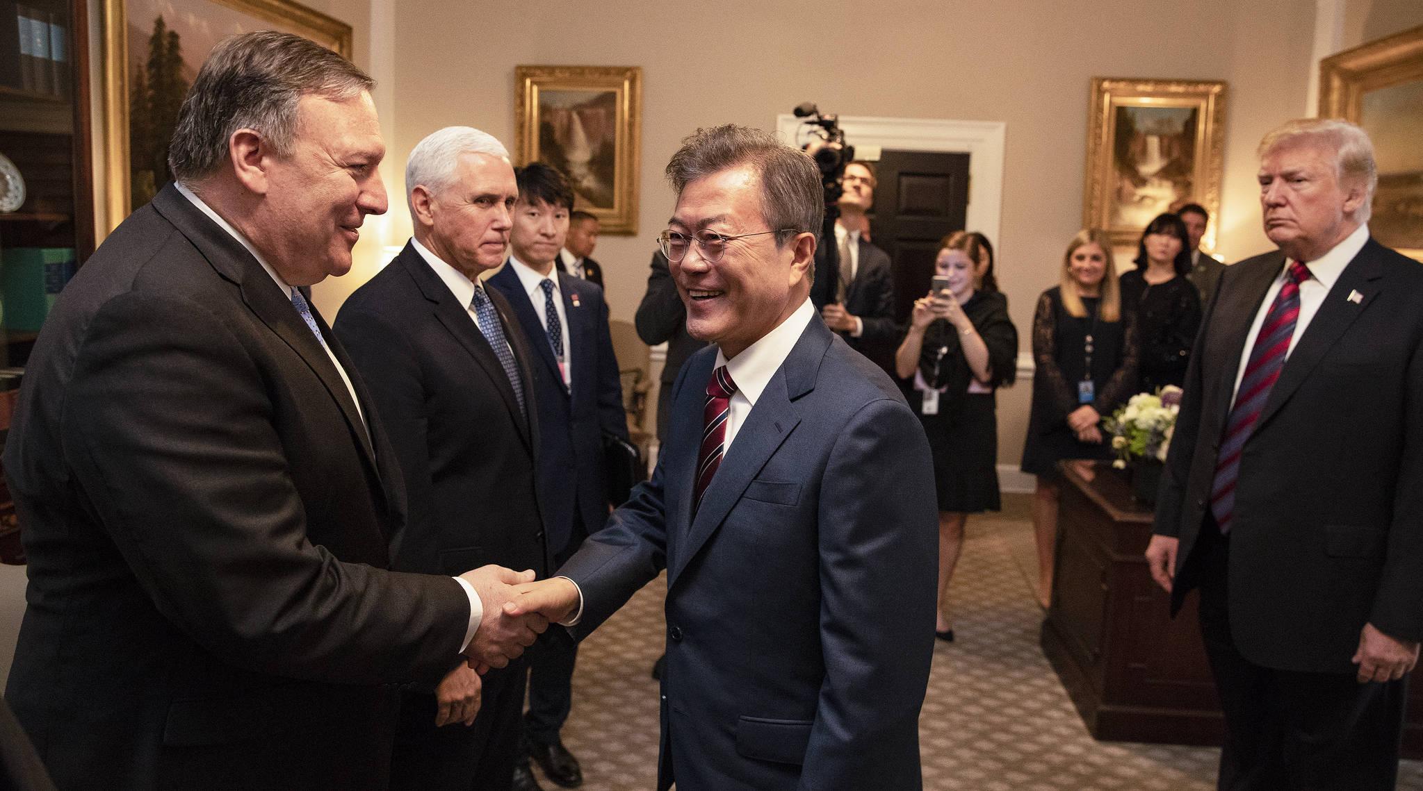 문재인 대통령이 22일 오후(현지시간) 백악관에 도착해 도널드 트럼프 대통령 안내로 폼페이오 미 국무장관과 악수하고 있다. [연합뉴스]
