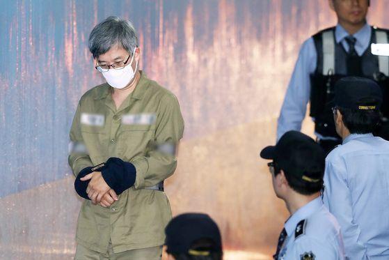 '민주당원 댓글 조작 사건'의 주범 김동원씨가 지난 16일 서울중앙지방법원에서 열린 2차 공판에 출석하고 있다. [뉴스1]