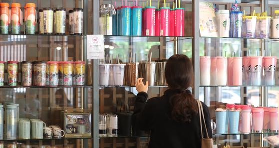 서울 소공동 스타벅스 매장에서 한 고객이 텀블러를 구매하고 있다. [뉴스1]