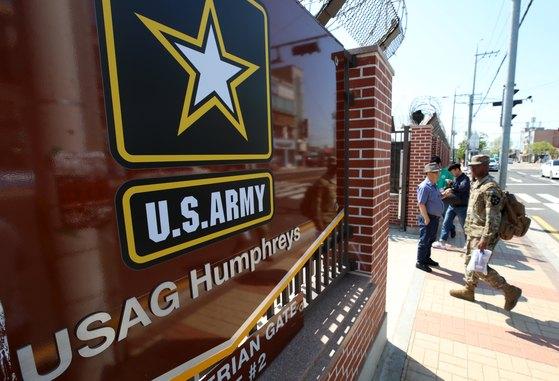 주한미군 장병이 경기도 평택시 미8군사령부 캠프 험프리스 앞을 지나고 있다. [뉴스1]