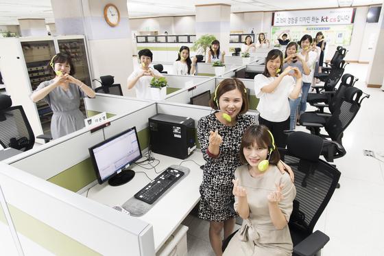 기업 콜센터는 고객의 문제 해결에 핵심 역할을 맡고 있다. '우수 콜센터'로 선정된 KT 콜센터 직원들이 손으로 하트 모양을 그리고 있다. [사진 KT]