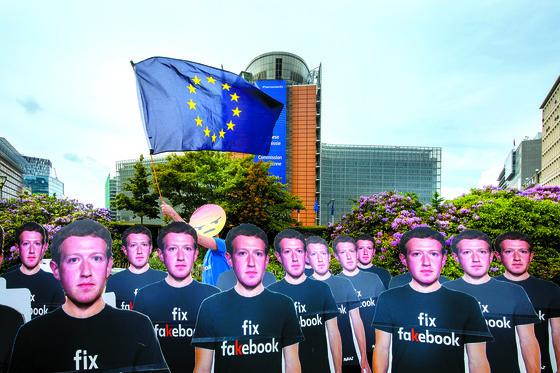 페북 정보 유출 항의하는 '가짜 저커버그들'