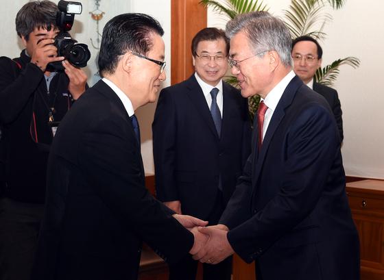 문재인 대통령이 지난 4월 12일 청와대에서 민주평화당 박지원 의원과 인사하고 있다. 중앙포토
