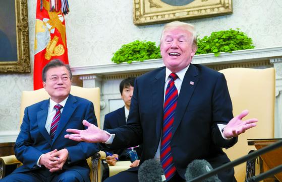 문재인 대통령과 도널드 트럼프 미국 대통령이 22일 워싱턴DC 백악관에서 정상회담에 앞서 기자들의 질문에 답하고 있다. 이날 질의응답은 예정된 시간보다 길어져 36분 동안 계속됐다. [AFP=연합뉴스]