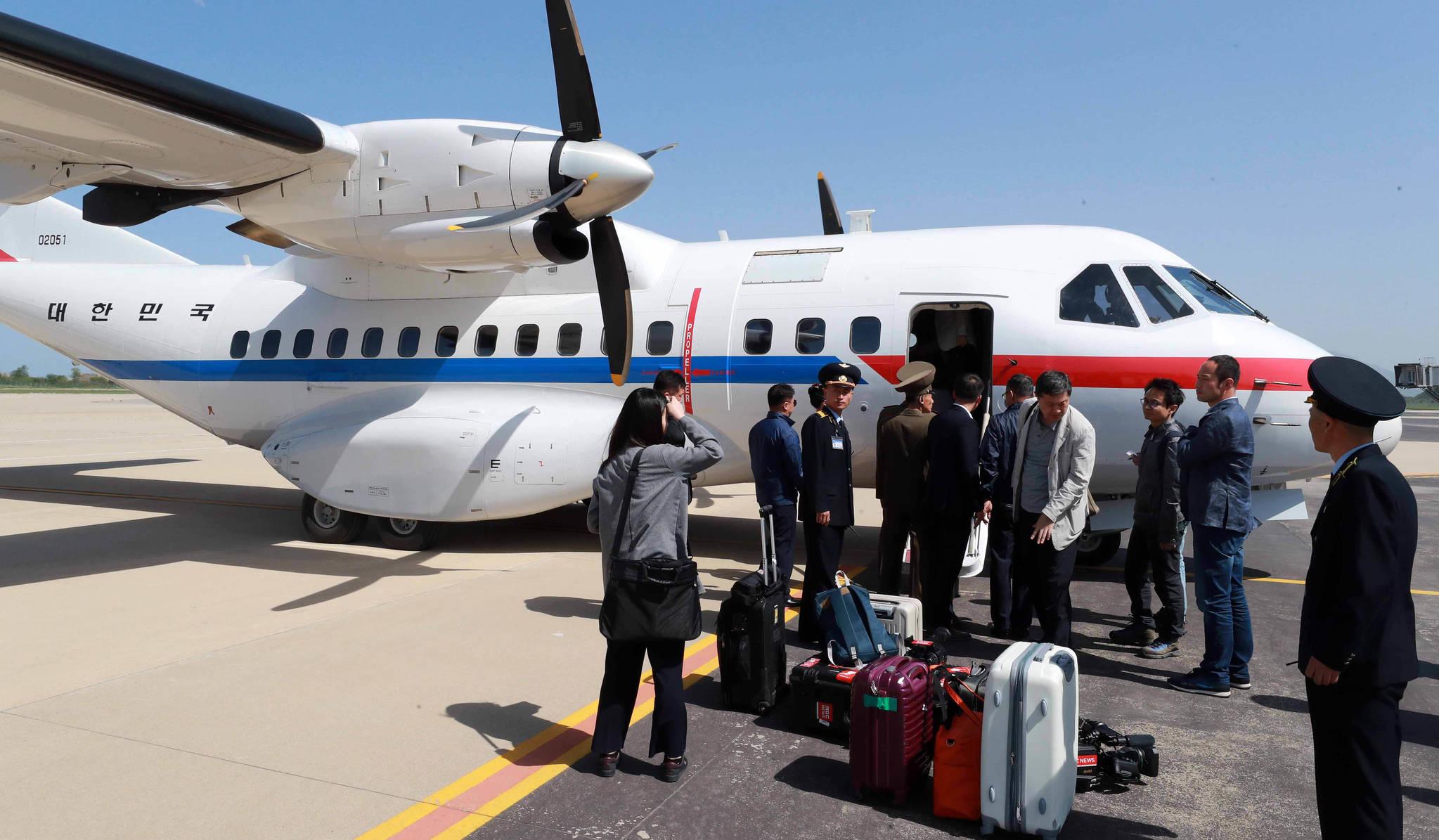 풍계리 핵실험장 폐기식을 취재할 한국공동취재단이 23일 정부 수송기편으로 북한 강원도 원산 갈마비행장에 도착해 비행기에서 내리고 있다. 공동취재단