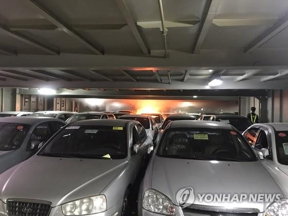 인천항에 정박중이던 화물 선박에서 큰 불이나 67시간만에 진화됐다. 사진은 처음 불이 난 모습. [연합뉴스]