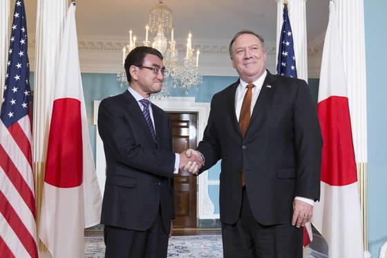 고노 다로(왼쪽) 일본 외무장관과 마이크 폼페이오 미국 국무장관이 23일(현지시간) 워싱턴에서 외무장관회담을 하기에 앞서 악수를 하고 있다. [EPA=연합뉴스]