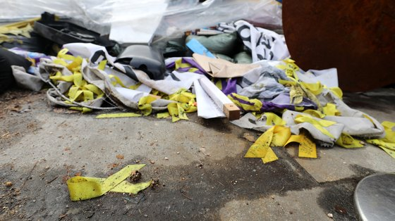 지난 3·1절 집회 때 파손된 세월호 참사 추모시설물이 서울 광화문광장 한켠에 쌓여 있다. [뉴스1]