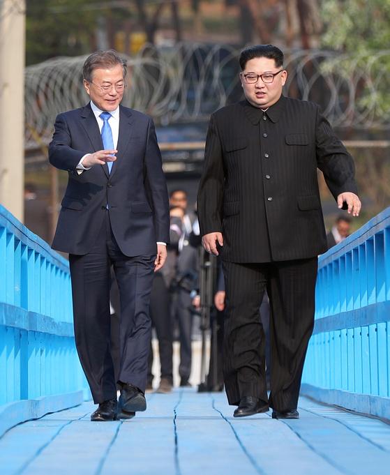 문재인 대통령과 김정은 북한 국무위원장이 4월27일 남북정상회담 중 판문점 도보다리에서 산책하고 있다. [중앙포토]