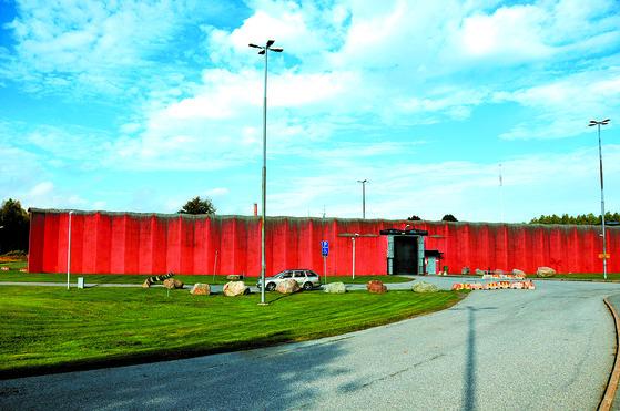 스톡홀름에서 30여㎞ 떨어진 외스토르케르 교도소 . 교도소 앞에는 아이들을 위한 놀이터도 있다. [윤호진 기자]