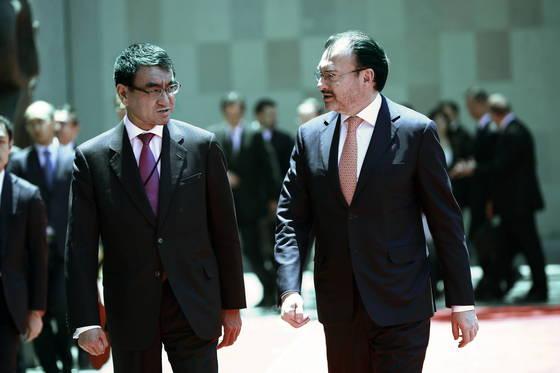 """24잃(현지시간) 멕시코를 방문중인 고노 다로 (왼쪽) 일본 외무상이 루이스 비데가라이 멕시코 외무장관과 나란히 걷고 있다. 고노 외상은 북미회담 취소와 관련해 """"북한이 비핵화에 어떻게 기여하는지 주목했으나, 최근 정세를 보면, (비핵화로) 이어지지 않을 것이라는 판단을 한 것 아니겠나""""라고 말했다. [EPA=연합뉴스]"""