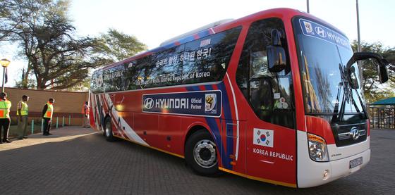 러시아월드컵 기간 중 한국축구대표팀이 사용할 선수단 버스에 '아시아의 호랑이, 세계를 삼켜라'라는 슬로건이 적힌다. 사진은 우리나라가 사상 첫 원정 16강을 달성한 2010 남아공월드컵 당시의 팀 버스. 당시에는 '승리의 함성, 하나된 한국!'을 슬로건으로 활용했다. [중앙포토]