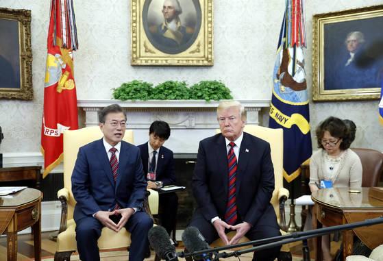 미국 워싱턴 DC를 공식 실무방문 중인 문재인 대통령이 22일 오후(현지시간) 백악관 오벌오피스에서 트럼프 미 대통령과 한·미 정상 단독회담을 갖고 있다. [청와대사진기자단]