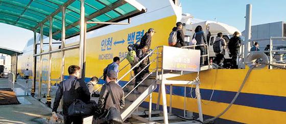 인천~백령을 오가는 하모니플라워호 모습. 지난 겨울 백령도를 가려는 시민들이 배에 오르고 있다. 임명수 기자