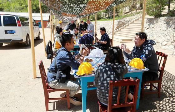 24일 북한 핵무기연구소 관계자들이 함경북도 길주군 풍계리 핵실험장 폐쇄를 위한 폭파작업을 했다.남측공동취재단과 국제기자단이 풍계리 핵실험장에서 샌드위치와 사과 배로 구성된 점심식사를 하고 있다. 사진공동취재단