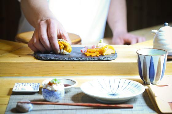'셰프에게 맡긴다'는 뜻의 오마카세 방식으로 즐기는 스시 코스의 문턱이 확 낮아졌다. 4만~5만원대 점심 코스를 운영하는 스시야들이 지갑이 얇은 젊은 층을 중심으로 인기를 끌고 있다.