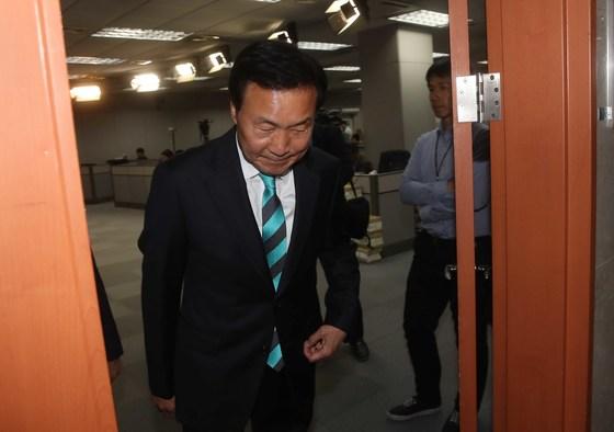 """손학규 바른미래당 선거대책위원장이 25일 오전 국회에서 기자회견을 열고, """"송파을 재선거에 출마할 생각을 접는다""""고 밝힌 뒤 정론관을 나서고 있다. 오종택 기자"""